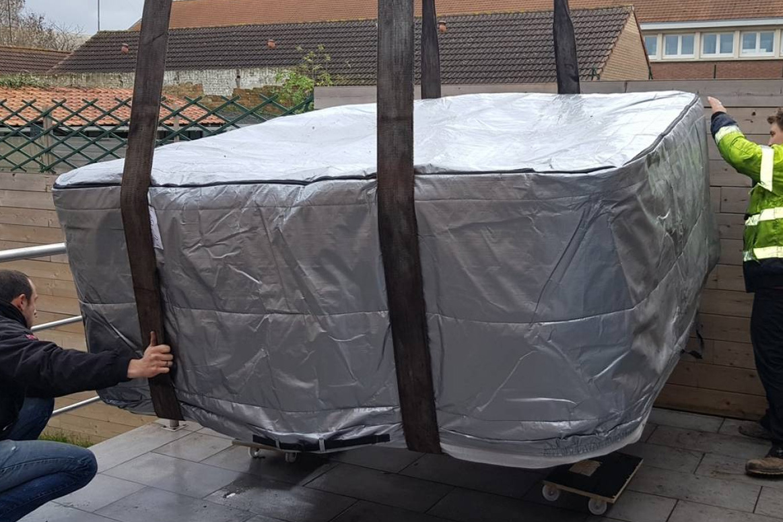 Dépose du spa sur plaques roulantes pour installation définitive
